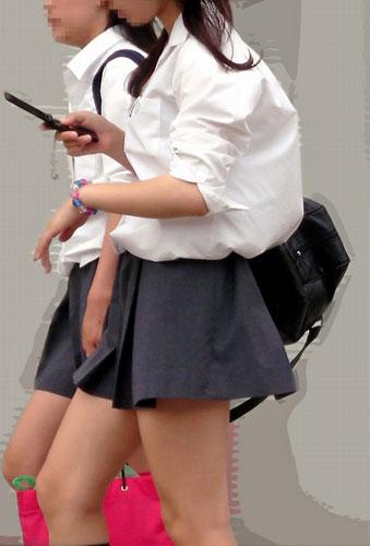 短パンのロリ中学生が街中で隠し撮りされた画像