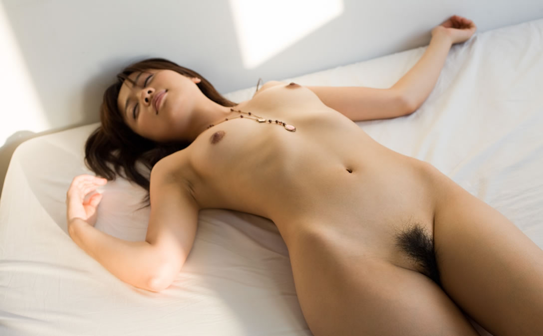 横たわる全裸