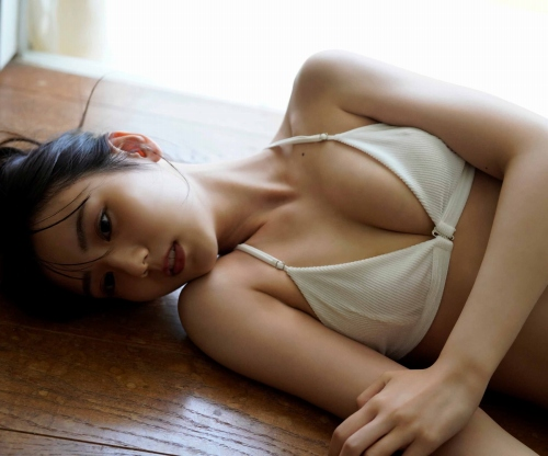 芸能人 佐藤祐羅の王道美少女女優のエッチな水着グラビアエロ画像まとめ30枚